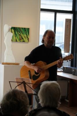 Singer-songwriter troubadour Willem in actie
