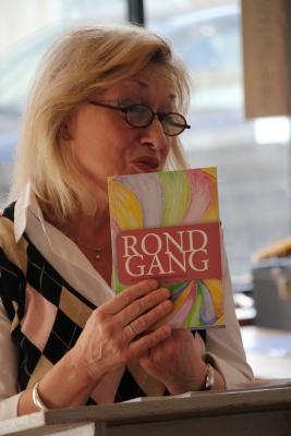 """Anneke Willemse-Meeder las ook enkele van haar gedichten uit de verzamelbundel """"Rondgang"""", van dichters van de Vlaardingse dichtersclub Rotonde."""