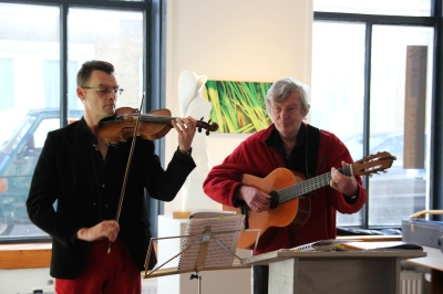 Links de jongere Niec op viool en rechts zijn neef Niec