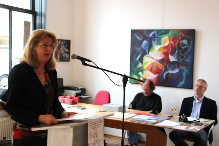 Angelina Rosendaal; rechts op de foto het schilderij Regenboogbloem