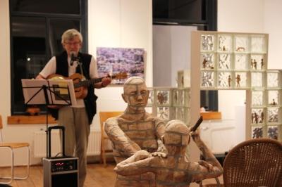 Niec van der Burgh.  Dat deze LiteRAR en Muziek / Nacht van de Kunst werd gehouden in galerie RAR terwijl de tentoonstelling 'Between worlds' nog gaande was, is op deze foto goed te zien