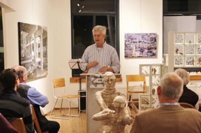 RAR voorzitter Koos Verkerk  letterlijk en figuurlijk Between Worlds: beeldende kunst en zijn eigen poëzie