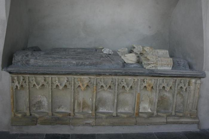 Graftombe van Nicolaas III Heer van Putten en Aleid Vrouwe van Strijen in de kerk van Geervliet .