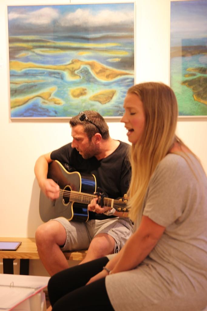 Het duo Alexander (gitaar) en Charlotte (zang)