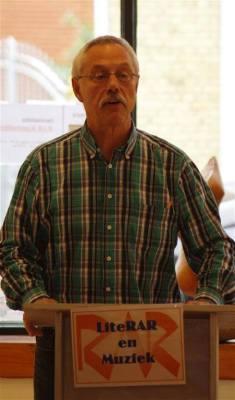 Organisator en presentator Jan woordenaar Bontje las enkele gedichten van de dichter Alexander Peters die zelf niet aanwezig kon zijn.
