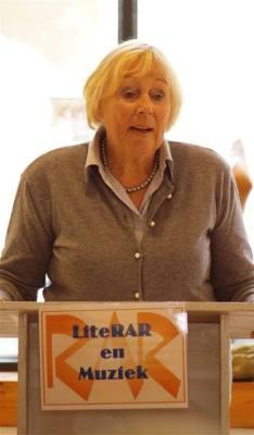 Dichteres Frouke Bienfelt, die op de 34ste editie van LiteRAR op 15 november 2015 ook zal optreden, gaf een voorproefje van haar dichtkunst op het open podium.