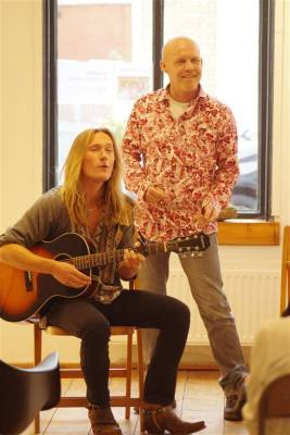 Het inmiddels vermaarde duo Emellan zong enkele van zijn nieuwste liedjes. Een van die liedjes beleefde zelfs zijn (wereld)primeur!