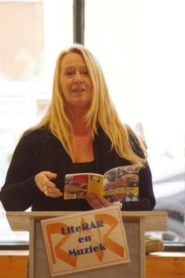 Els Huurman, die zelf een podium organiseert en presenteert in Hellevoetsluis, las een gedicht uit haar nieuwe bundel Dicht op Kunst.