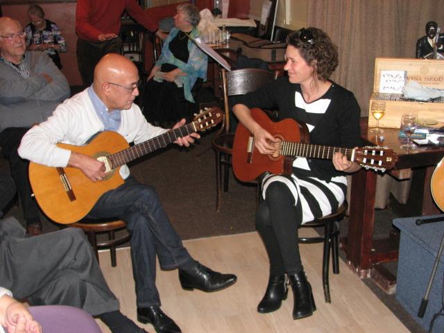Het gitaarduo Ben Kiksen en Judith van der Gaag. Zij brachten ook twee nieuwe liedjes gebaseerd op twee korte gedichten van Jan Bontje.