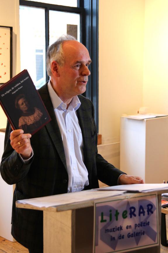 De biograaf van Augusta Peaux: Mario Molegraaf met de door hem samengestelde bundel die in 2014 verscheen en inmiddels is herdrukt.